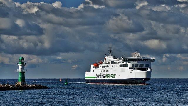 Белый пароход идёт мимо маяка