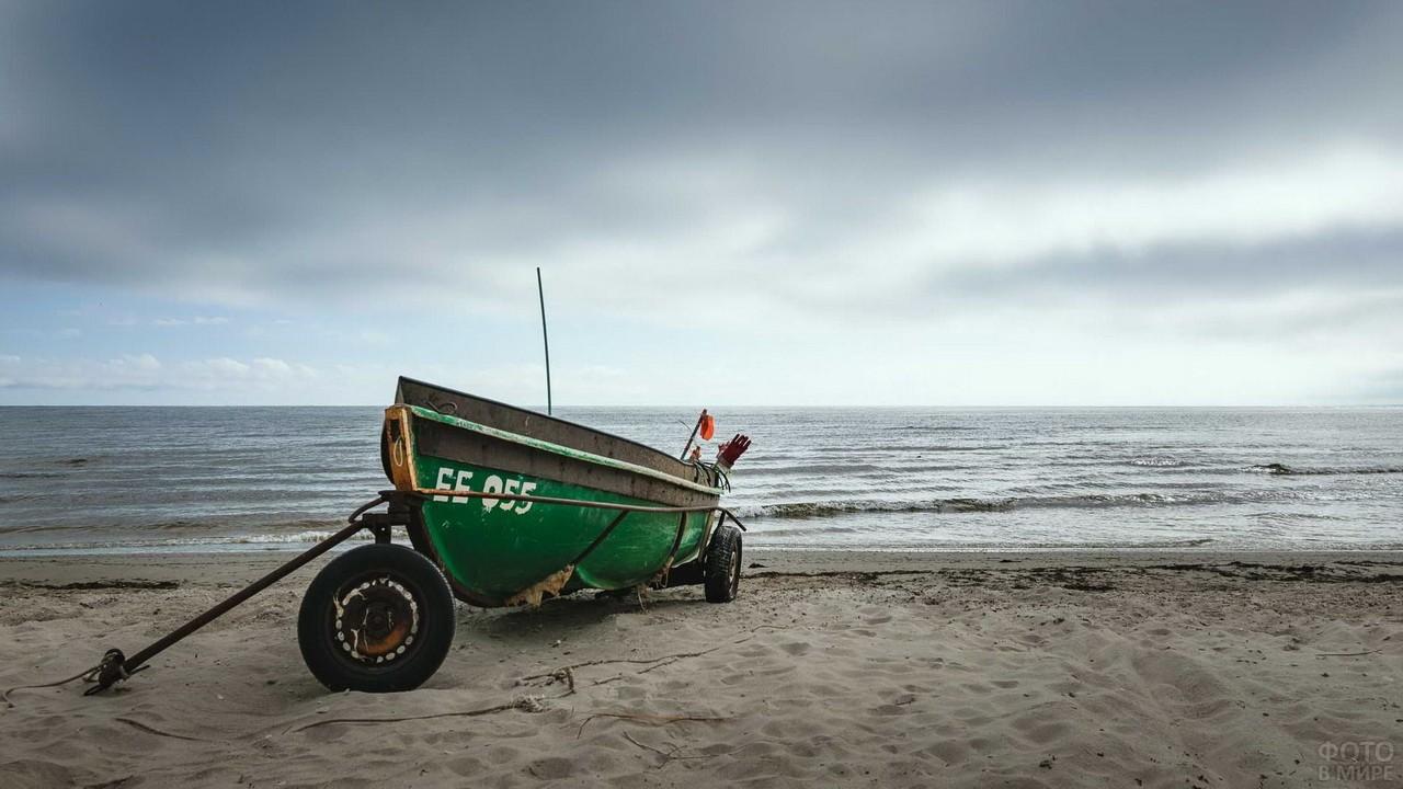 Лодка на берегу Балтийского моря