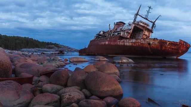 Старый корабль на острове Гогланд