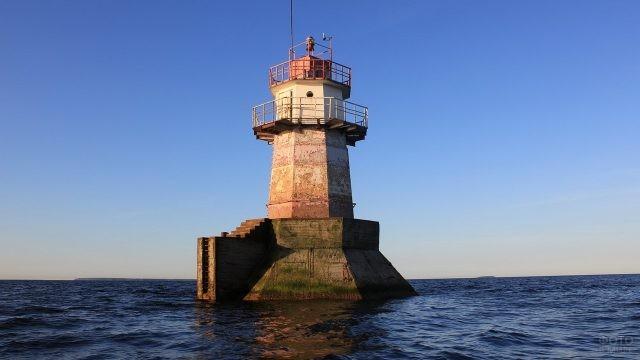 Выборгский маяк посреди Балтийского моря