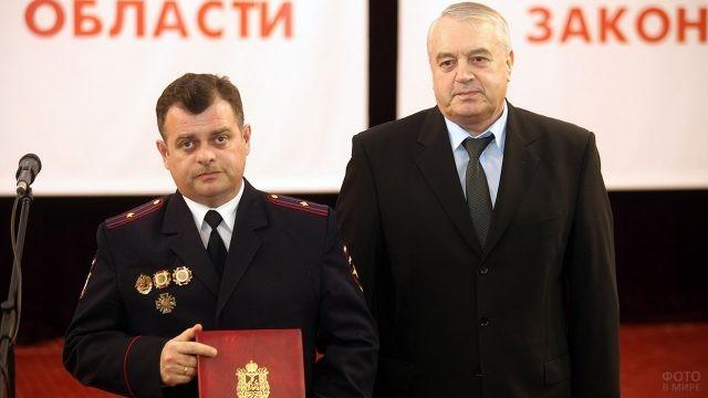 Парламентарий вручил участковому уполномоченному Почётную грамоту