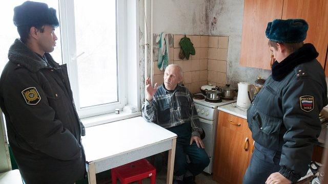 Участковые беседуют на кухне у пенсионера