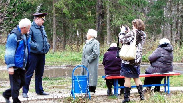 Участковый беседует с жителями района в парке