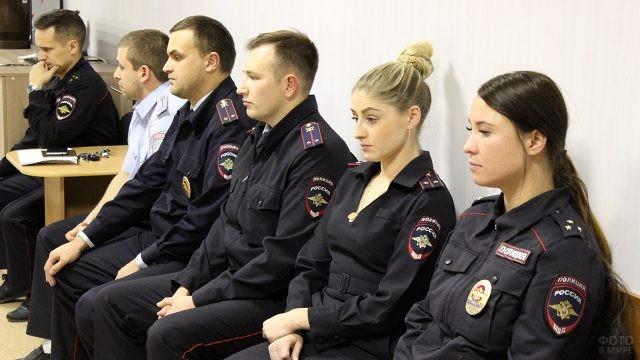 Задумавшиеся участковые уполномоченные полиции на планёрке
