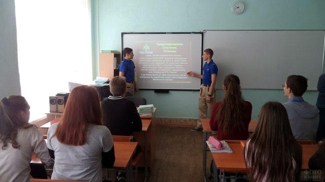 Юнармейцы проводят открытый урок для школьников