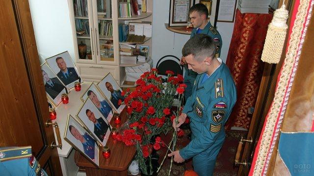 Курсанты Академии МЧС возлагают цветы к портретам погибших спасателей