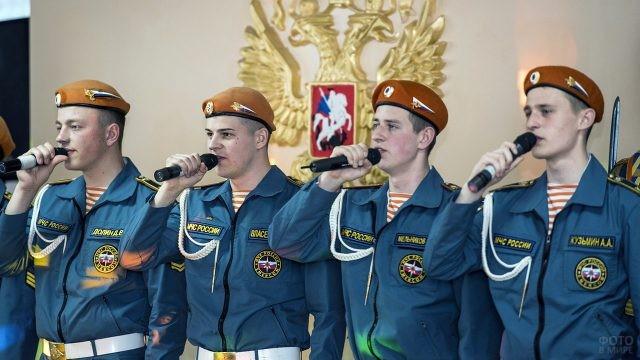 Курсанты-спасатели исполняют песню на праздничном концерте