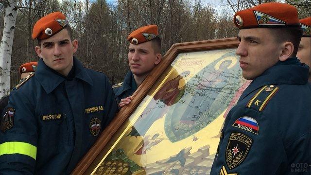 Курсанты-спасатели с иконой на марше памяти жертв Чернобыля