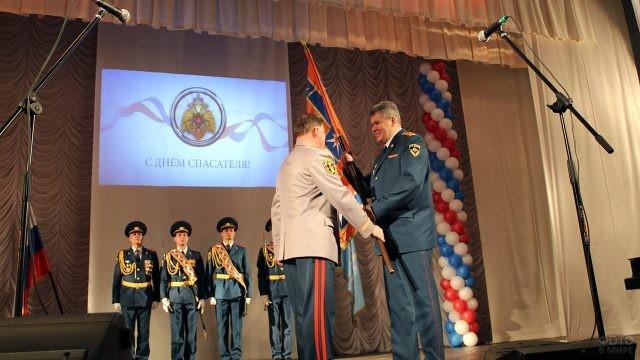 Награждение ветеранов МЧС на праздничной сцене
