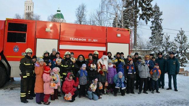Пожарные в День спасателя привезли подарки воспитанникам детского дома