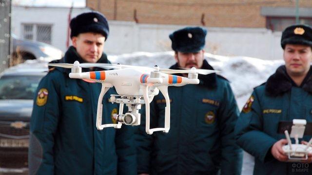 Сотрудники МЧС пилотируют квадрокоптер