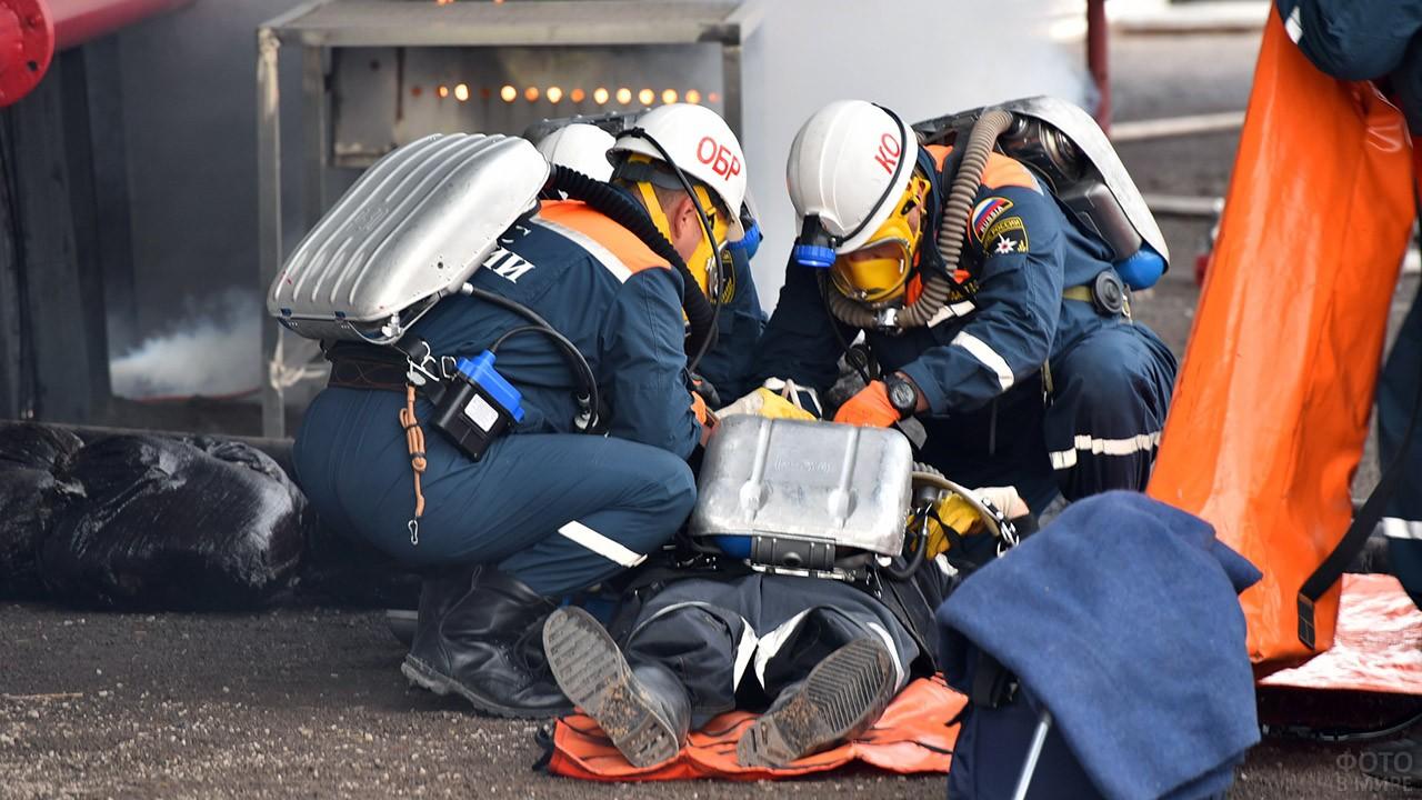 Спасатели оказывают первую помощь пострадавшему