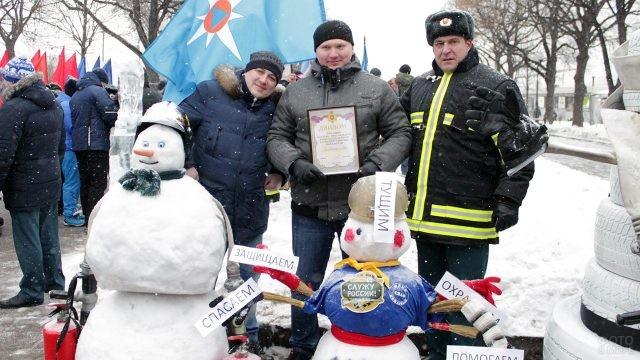 Спасатели со снеговиками на праздничном митинге