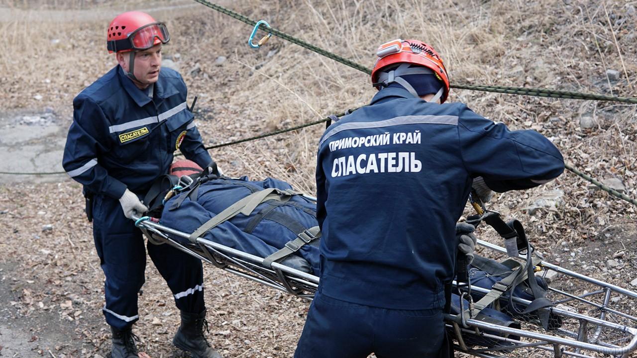 Спасатели тренируются эвакуировать пострадавшего с места ЧС