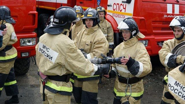 Спасательница отвечает на вопросы инструктора о работе ствола