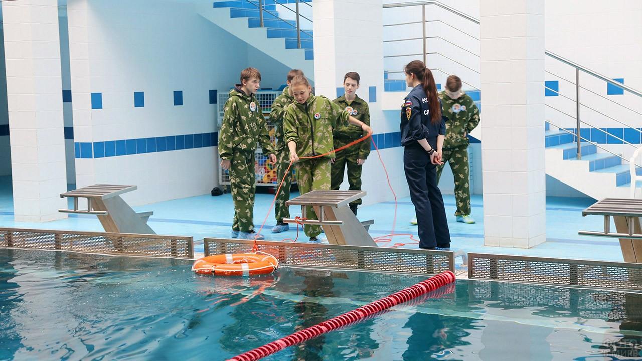 Студенты Академии МЧС на учениях в бассейне