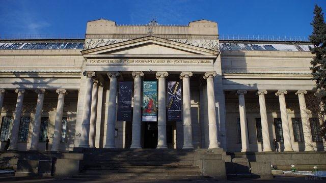 Фасад главного здания Пушкинского музея