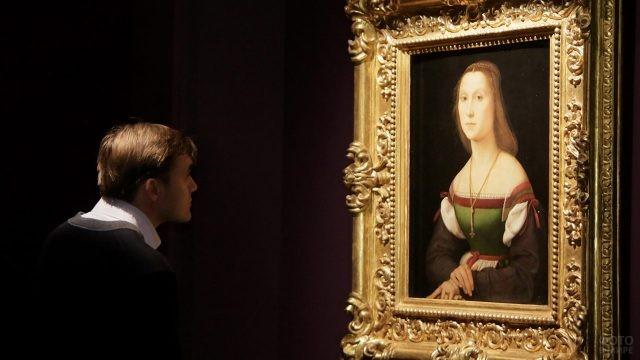 Юноша вглядывается в венецианский портрет девушки 18 века