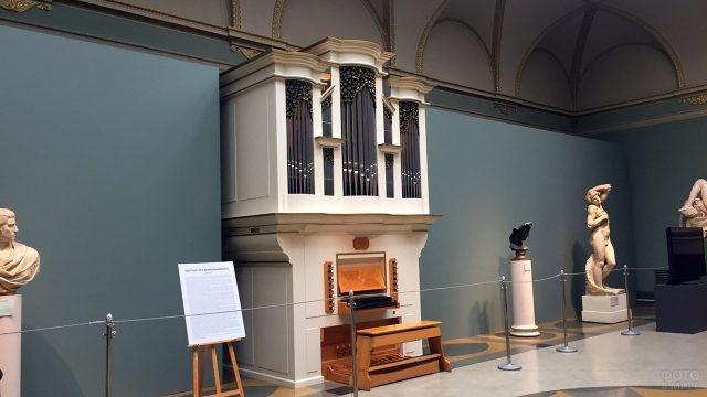 Орган в зале скульптур Микеланджело