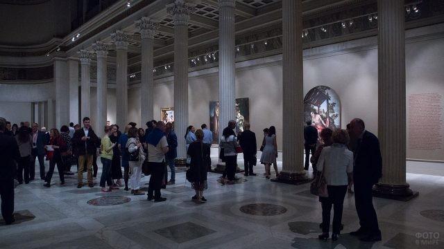 Посетители выставки Венецианский Ренессанс