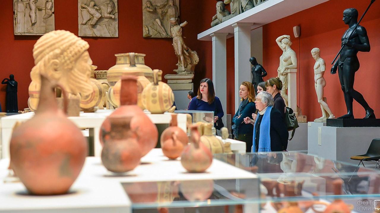Посетительницы Греческого зала Пушкинского музея