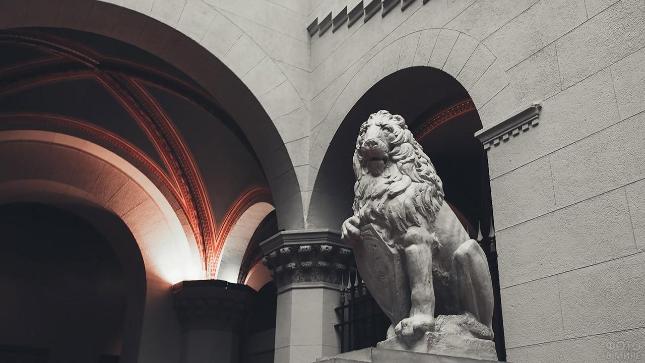 Скульптура льва со щитом