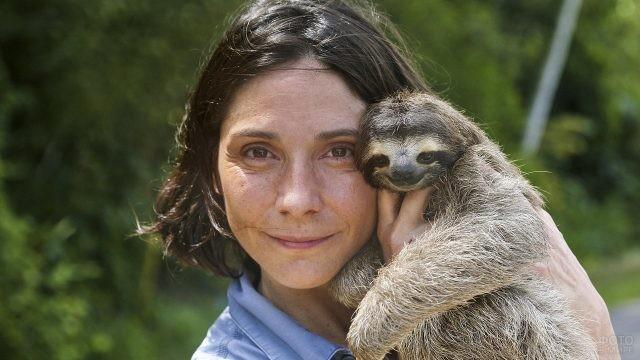 Девушка держит ленивца на руках