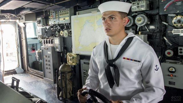 Американский моряк за штурвалом