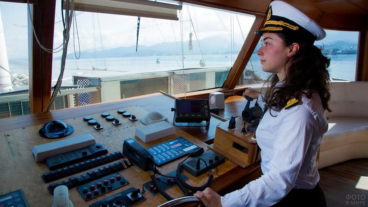 Девушка-капитан управляет судном