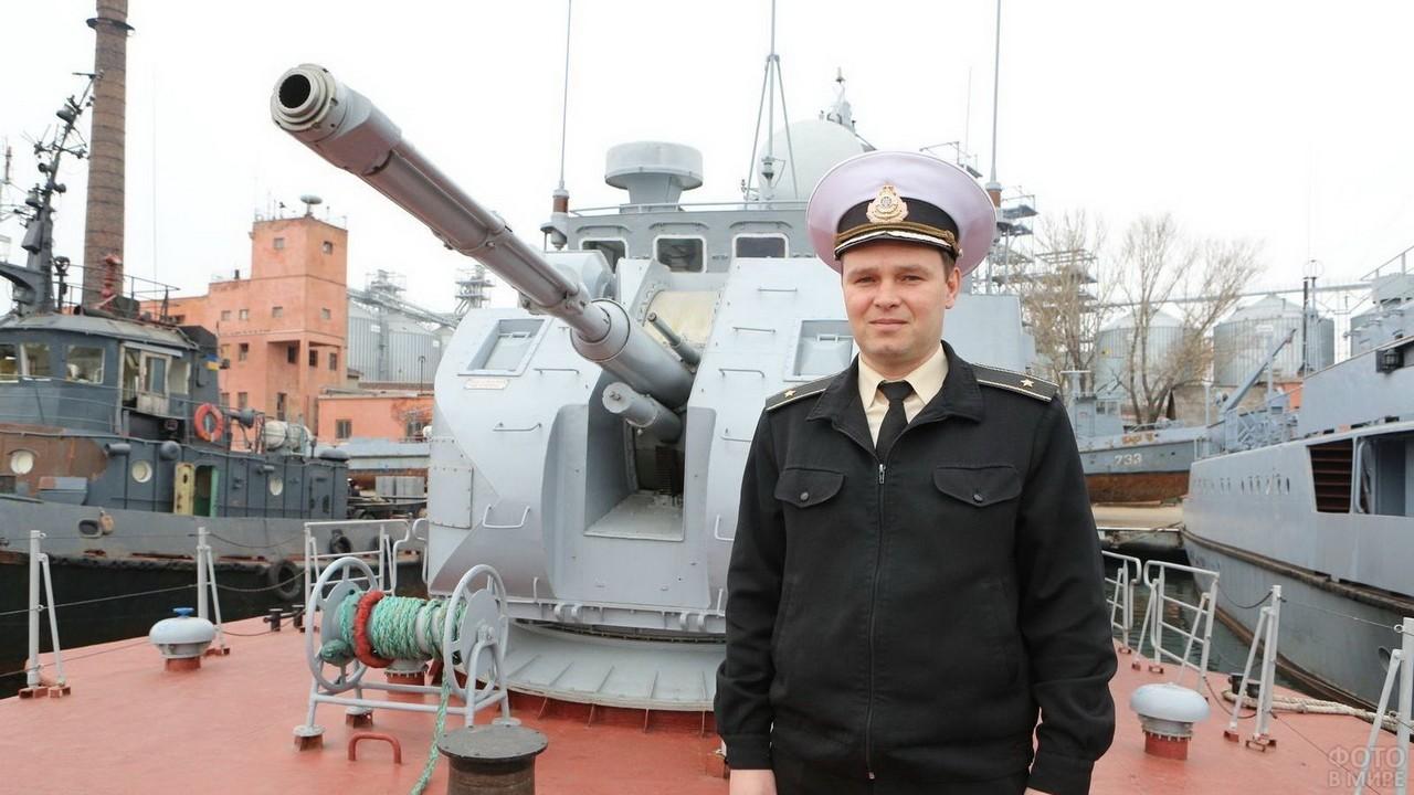 Капитан третьего ранга возле пушки