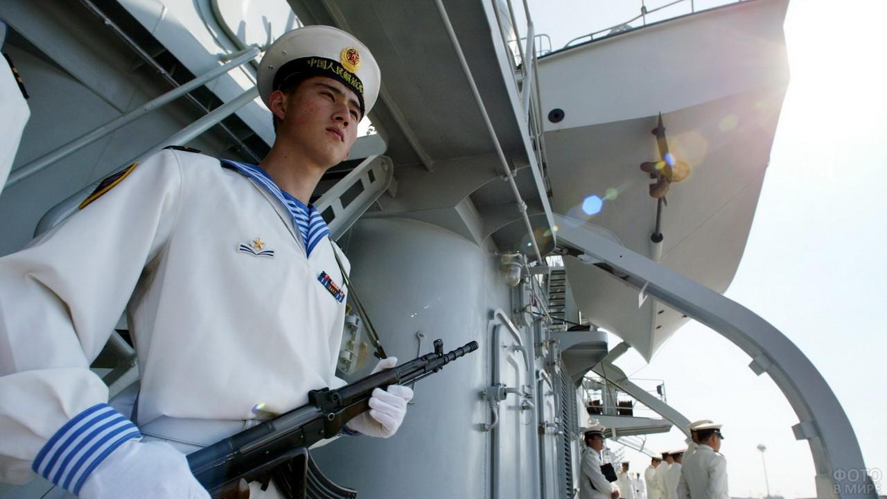 Китайский матрос с оружием на корабле