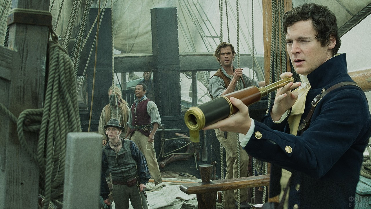 Корабль с моряками в старинном стиле