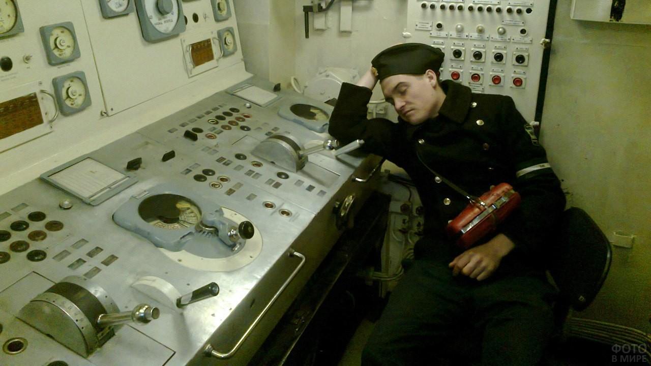 Матрос подводной лодки спит за пультом