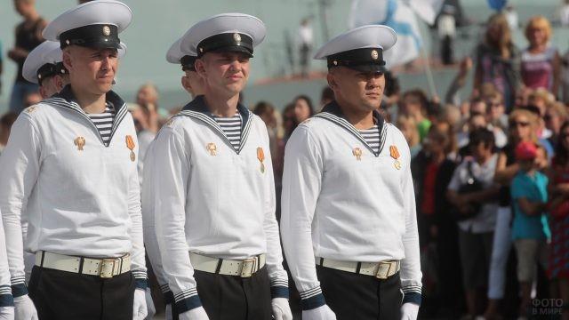 Матросы с медалями на фоне толпы