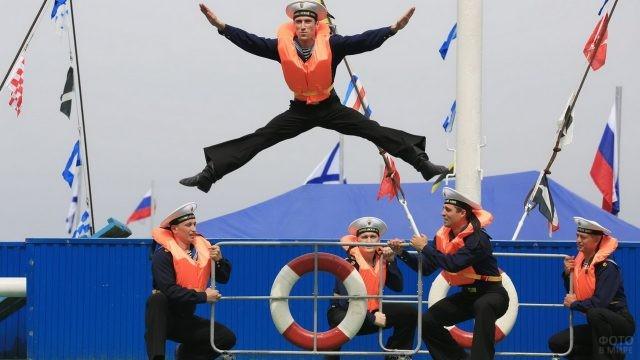 Матросы в спасательных жилетах танцуют