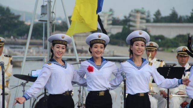 Морячки Северной Кореи выступают
