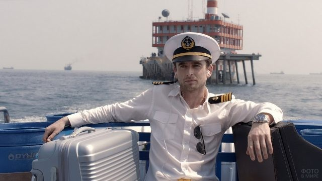 Моряк с чемоданом на пароме