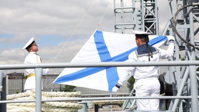 Моряки готовятся к поднятию флага
