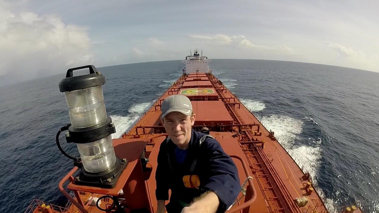 Мужчина делает селфи на корабле