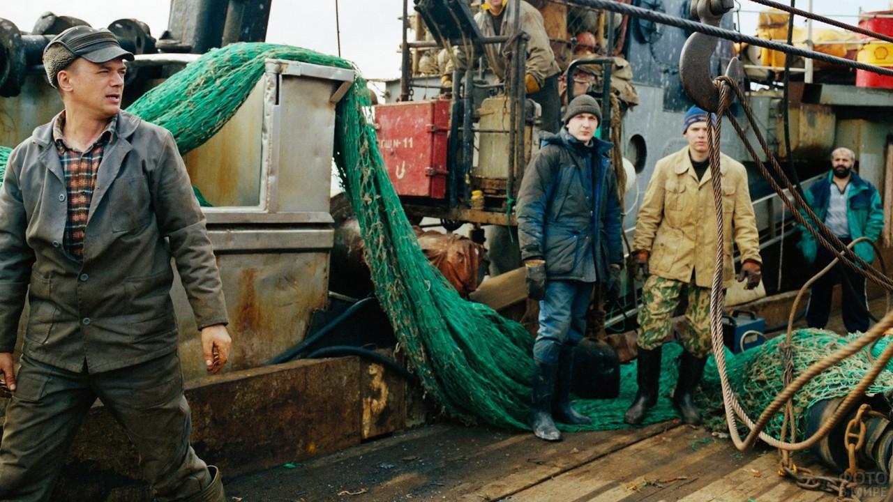 Мужчины на рыболовецком судне