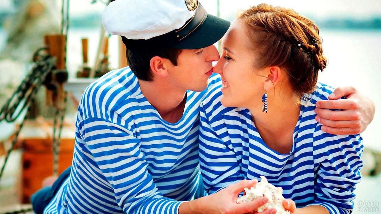 Парень целует девушку в нос