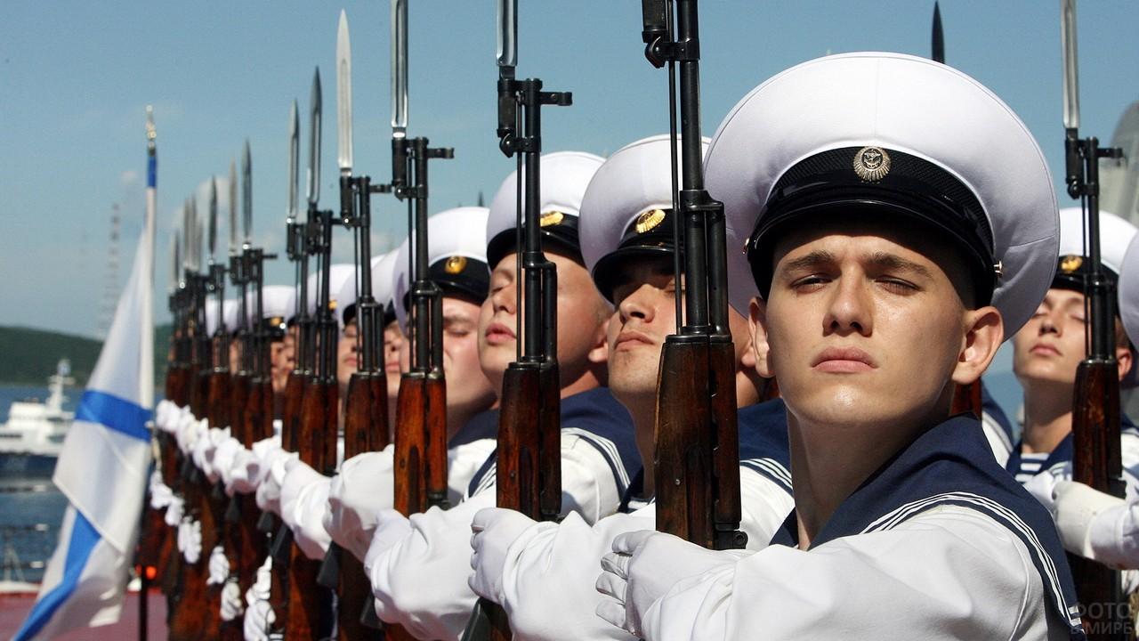 Построение моряков с оружием