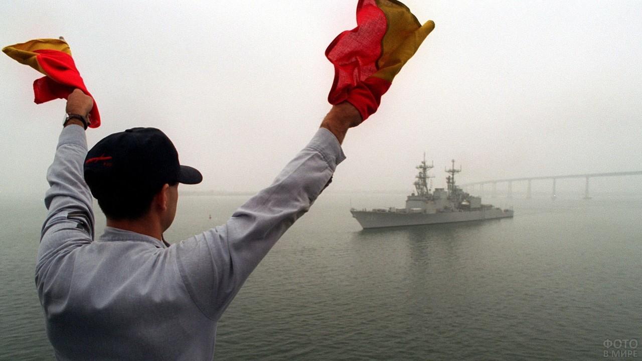 Сигнальщик с флажками в море