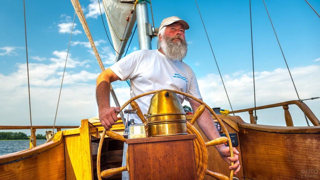 Старый капитан за штурвалом