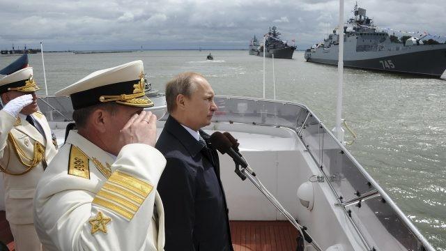 Владимир Путин говорит речь на палубе