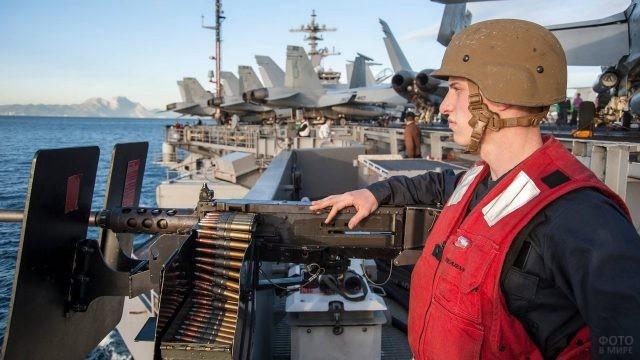 Военный моряк возле пулемёта