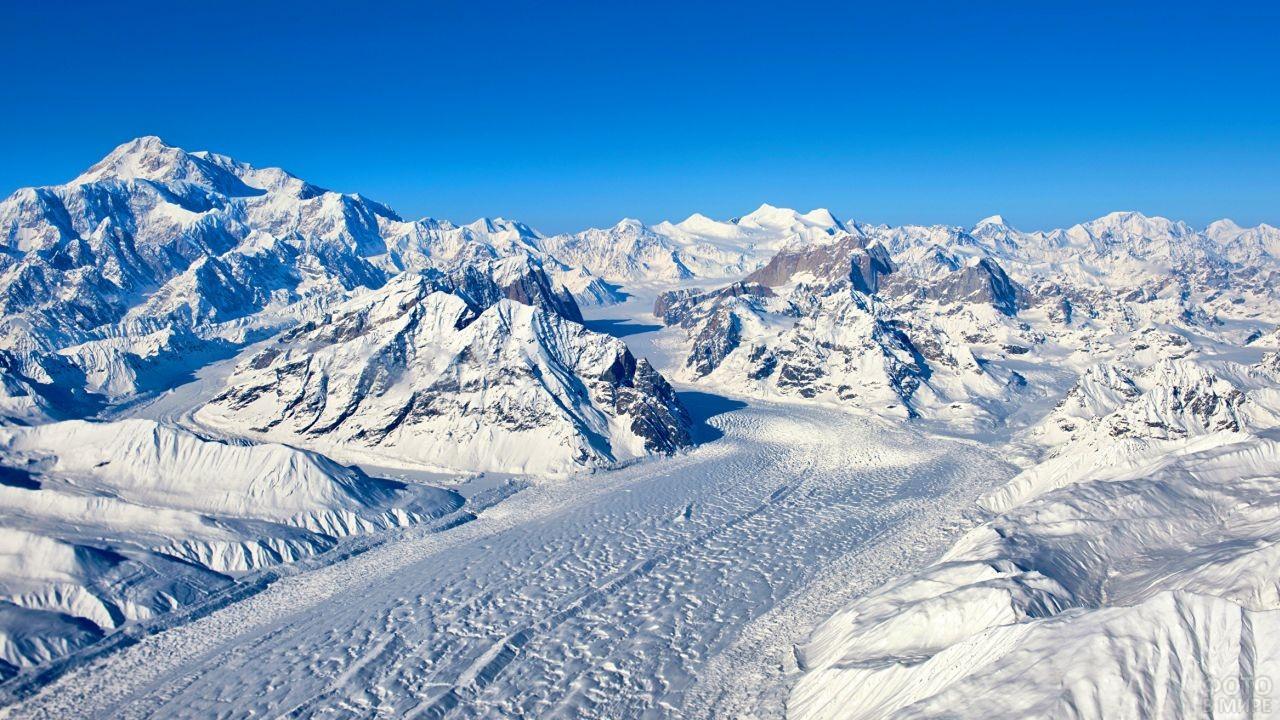 Белоснежный пейзаж Гималайских ледников