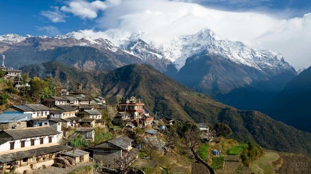 Деревня у подножия гор