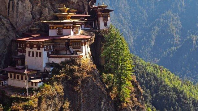 Древний Тибетский храм на горе с прекрасным пейзажем