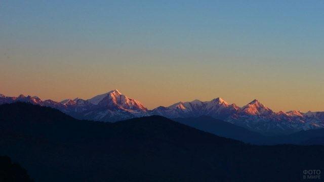 Красивый горизонт из горной цепочки